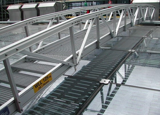 Traversing gantry on a glass roof