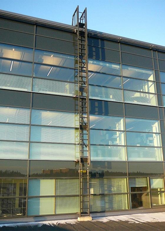 Vertical traversing ladder